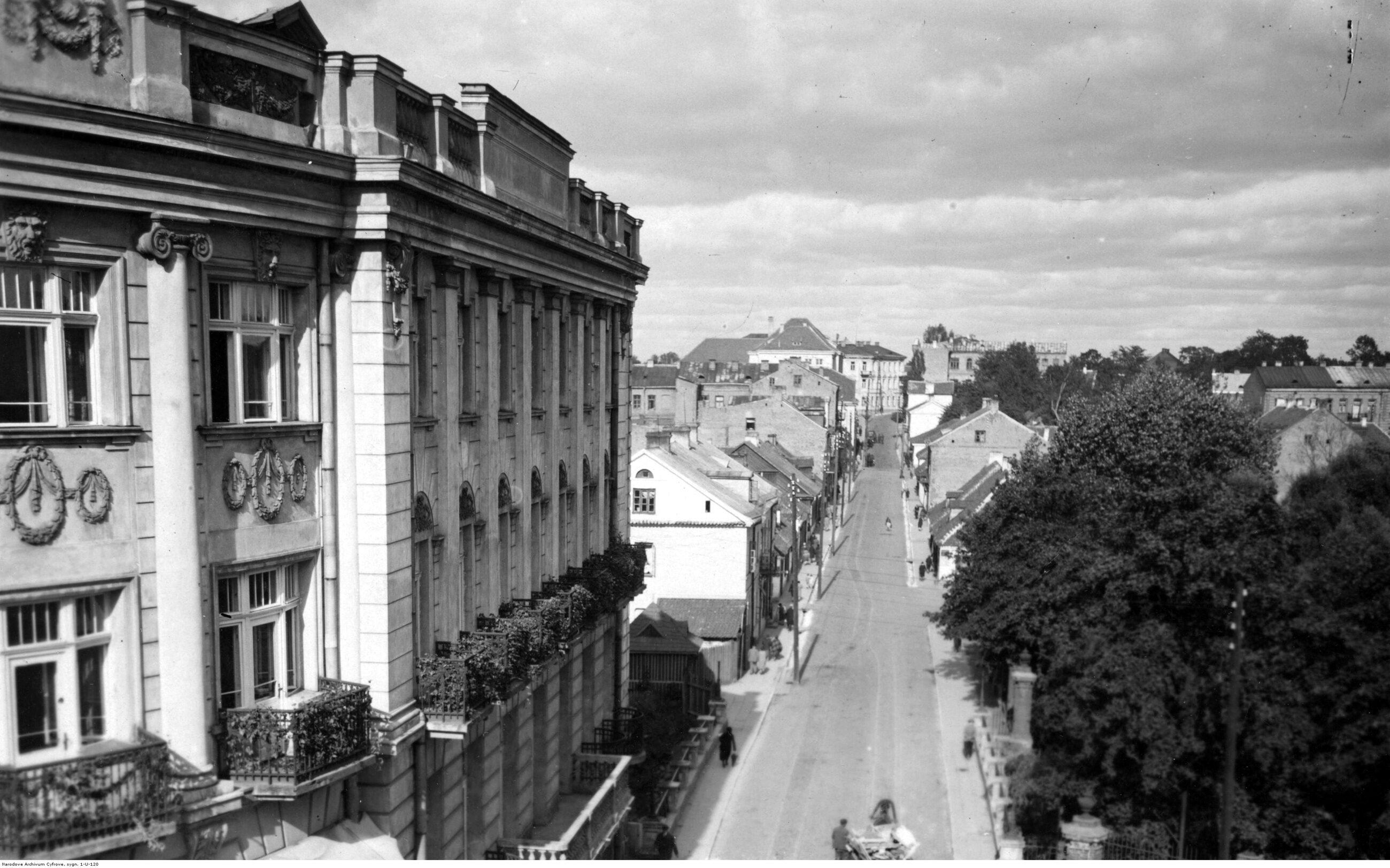 """Białystok Czternaste spośród """"wielkich miast"""" II RP do dziś powiększyło się trzykrotnie. Przed wojną Białystok był stolicą woj. białostockiego, które było regionem granicznym - miało granicę z Litwą i z Niemcami. Liczba ludności w 1939 r.: 107 tys., obecnie: 297 tys. Na zdjęciu: ulica Żwirki i Wigury w latach 30."""