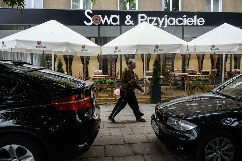 Kilkanaście dni przed wyborami portal Onet.pl opublikował zapis rozmowy premiera Morawieckiego z restauracji Sowa i Przyjaciele. Mimo że Schetyna, Czarzasty i Kukiz żądali jego dymisji, to sondaże pokazały, że nagrania nie wpłynęły na poparcie dla rządu.