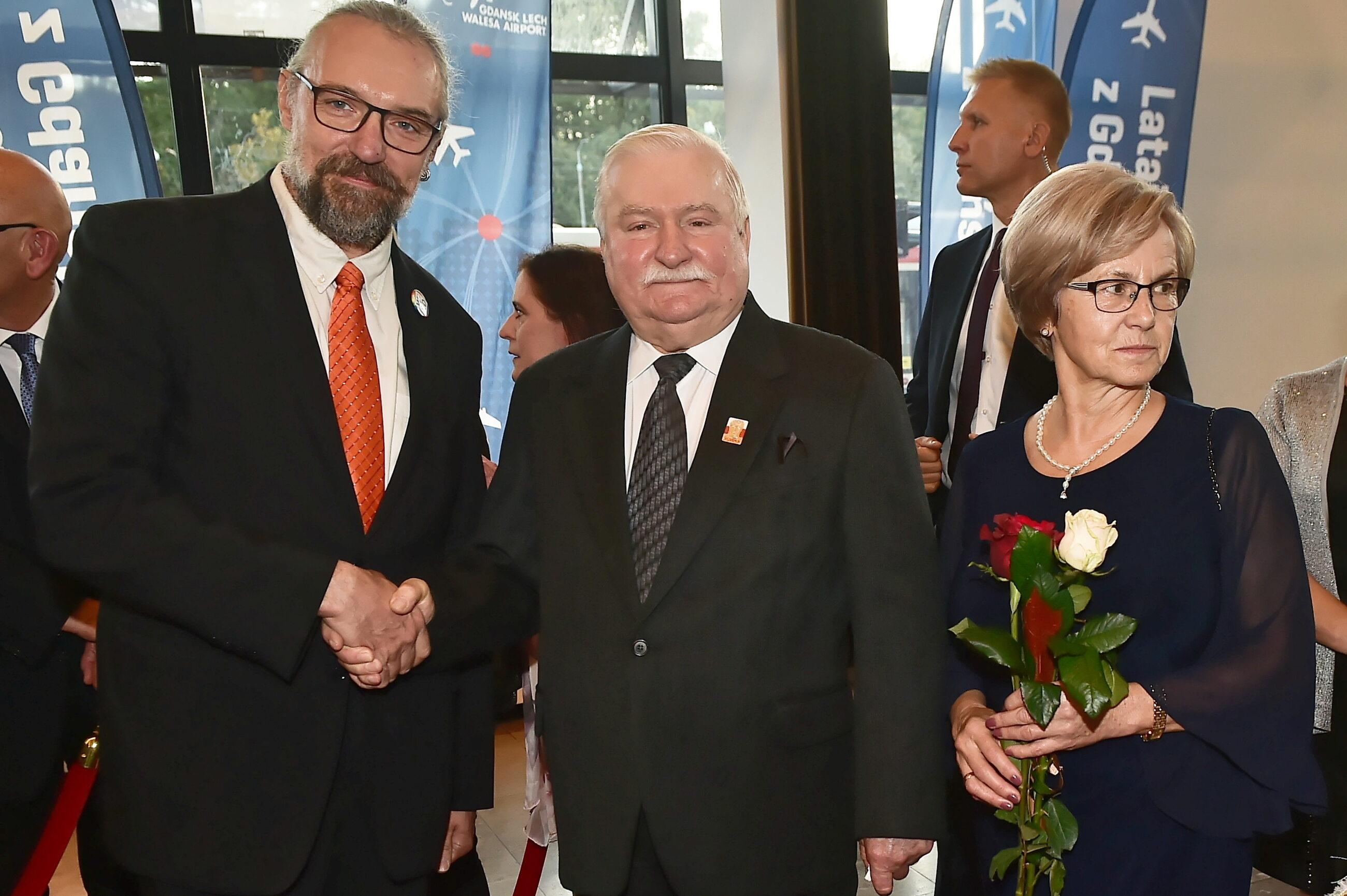 Lech Wałęsa (C) z żoną Danutą (P) i były przewodniczący Komitetu Obrony Demokracji Mateusz Kijowski (2L)