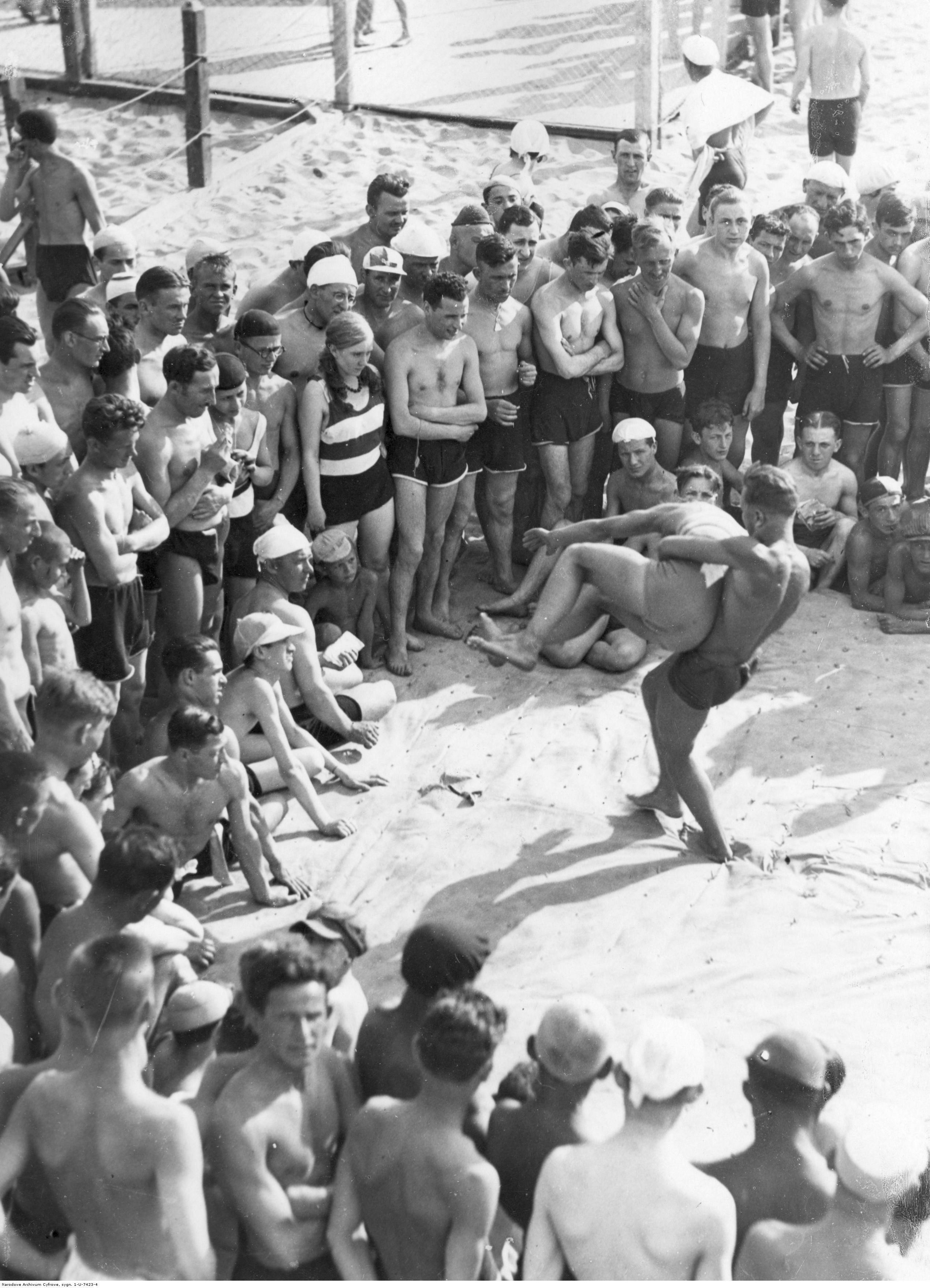 """""""Poniatówka"""" w Warszawie Zapasy na plaży, lata 30."""